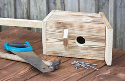 Birdhouse για τα πουλιά στο ξύλινο υπόβαθρο Στοκ Φωτογραφίες