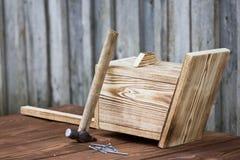 Birdhouse για τα πουλιά στο ξύλινο υπόβαθρο Στοκ φωτογραφία με δικαίωμα ελεύθερης χρήσης