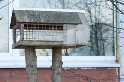 Birdhouse με τα χέρια μας για τα μικρά πουλιά Στοκ εικόνα με δικαίωμα ελεύθερης χρήσης