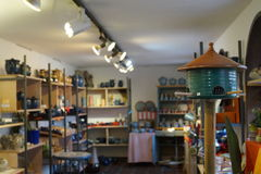 Birdhouse στο κατάστημα αγγειοπλαστικής στοκ εικόνα