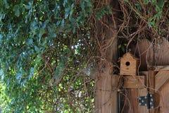 Birdhouse в nook загородки стоковые изображения rf