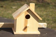 birdhouse деревянный Стоковые Фотографии RF