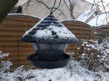 Birdhouse металла в его дворе перед входом в Storkow в Германии стоковое фото