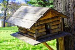 Birdhouse на дереве Деревянный фидер птицы дома Стоковое Изображение