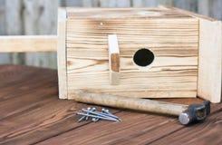 Birdhouse для птиц на деревянной предпосылке Стоковая Фотография