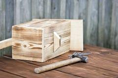 Birdhouse для птиц на деревянной предпосылке Стоковое Изображение