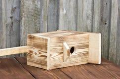 Birdhouse для птиц на деревянной предпосылке Стоковые Фото