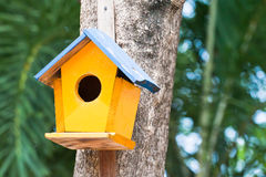 Birdhouse amarillo foto de archivo