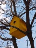 Birdhouse amarillo Fotografía de archivo