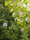 Birdhouse blanc sur un Pôle Photo stock