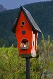Birdhouse de madera rojo   Fotografía de archivo