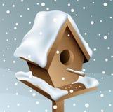 Birdhouse di legno di Snowy Immagini Stock