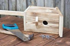 Birdhouse dla ptaków na drewnianym tle Zdjęcia Stock
