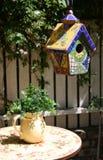 Birdhouse e planta no jarro Fotografia de Stock Royalty Free