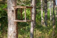 Birdhouse en parque de la ciudad fotos de archivo