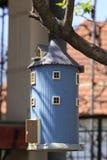 Birdhouse im Baum lizenzfreie stockfotos
