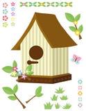 Birdhouse, kwiaty, trawa i motyl, Fotografia Stock