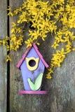 Birdhouse na starym drewnianym ogrodzeniu obrazy royalty free