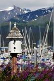 Birdhouse und besetzter Hafen in Alaska Stockbild
