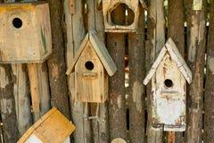 Birdhouses на деревянной загородке Забота птиц стоковое изображение
