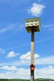 2 Birdhouses на деревянном поляке Стоковое фото RF