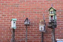 4 birdhouses с предпосылкой кирпича Стоковые Изображения RF