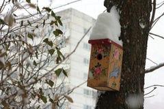Birdhouses с снегом на крыше стоковое изображение rf