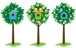 Birdhouses sugli alberi Immagini Stock