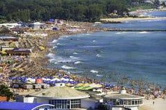 Birdseye panoramautsikt av en fullsatt strand Arkivfoto