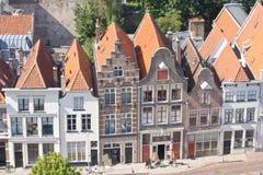 Birdseye sikt på gammala holländska canalsidehus Arkivbild