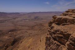 Birdseye widok na wycieczkowiczach w Ramon kraterze Zdjęcie Royalty Free