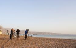 Birdwatcher на северном пляже, Eilat, Израиле стоковое изображение