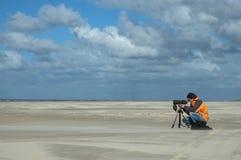 Birdwatcher på stranden, Vogelaar op tråd arkivbilder