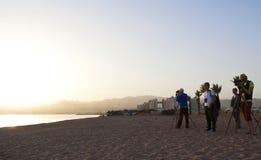 Birdwatchers на северном пляже, Eilat, Израиле стоковые изображения
