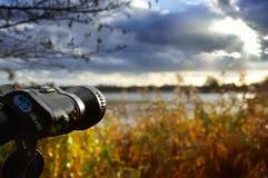Birdwatching damm på en molnig kall dag Royaltyfria Foton