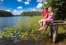Birdwatching dei bambini in un lago di estate Fotografia Stock Libera da Diritti