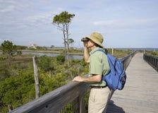 Birdwatching dell'uomo al grande parco di stato della laguna in Florida fotografie stock libere da diritti