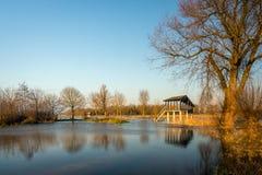 Birdwatching Hütte in einem überschwemmten niederländischen Naturreservat Lizenzfreie Stockfotos