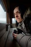 Birdwatching, una donna con il binocolo Immagine Stock Libera da Diritti