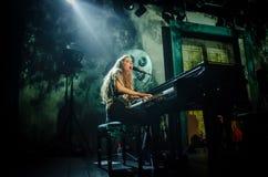 Birdy (cantante) que juega el piano fotografía de archivo