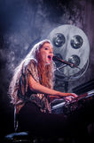Birdy (Sänger) mit Klavier stockfotos