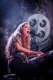 Birdy (sångare) med pianot Arkivfoton