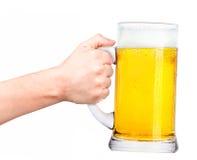 Bière avec la main de l'homme faisant le pain grillé Photographie stock libre de droits