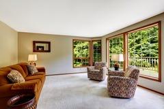 Birght żywy pokój z wielkim francuskim okno Fotografia Stock