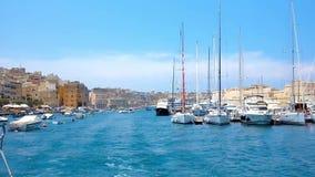 BIRGU, ΜΆΛΤΑ - 19 ΙΟΥΝΊΟΥ 2018: Μαρίνα ρολογιών Vittoriosa από τη θάλασσα, κατά τη διάρκεια της κρουαζιέρας πόλεων δέντρων, που ε απόθεμα βίντεο