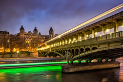 BirHakeim桥梁和塞纳河微明的,巴黎,法国 图库摄影