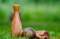 Birilli di legno di un prato inglese messi fotografie stock libere da diritti