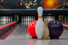 Birilli e palla di bowling per il gioco lanciante Fotografie Stock Libere da Diritti