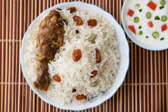 Biriyani de poulet avec avec l'immersion de yaourt du côté Images stock