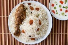 Biriyani del pollo con con la inmersión del yogur en lado Imagenes de archivo